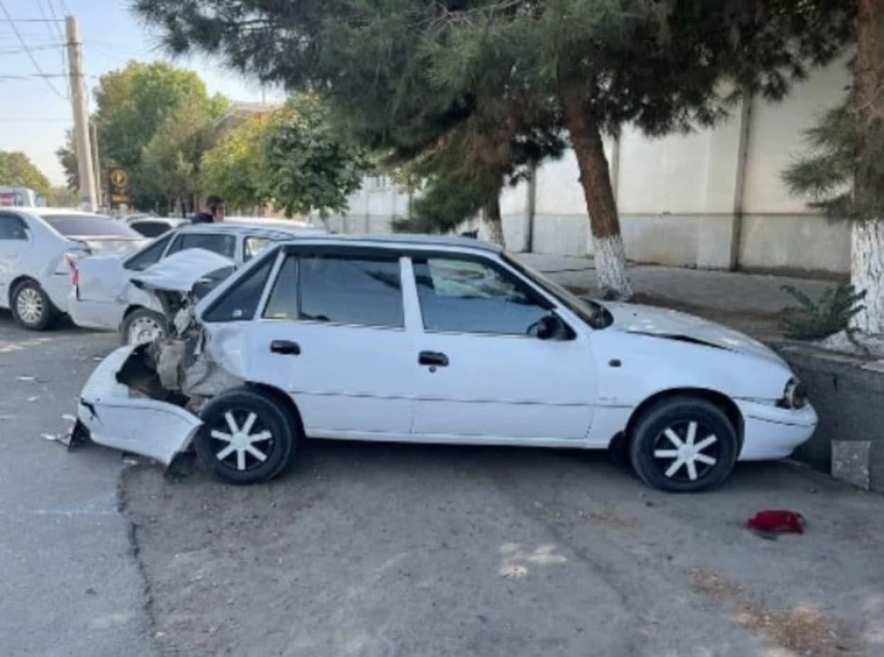 В Самарканде Cobalt врезался сразу в три припаркованные машины