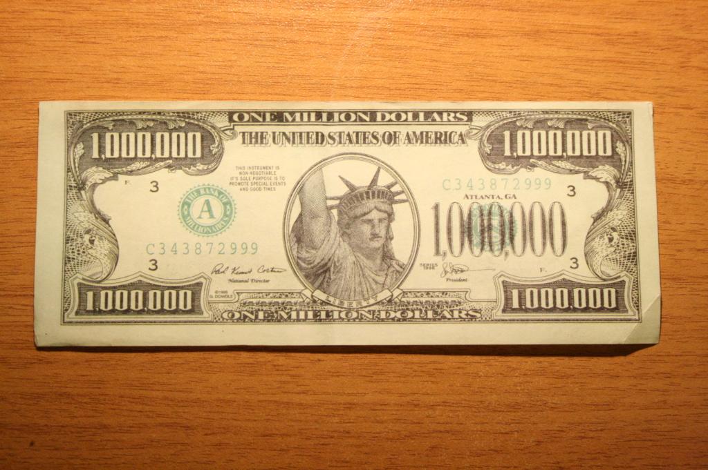 В 25 раз дешевле: в Узбекистане два мошенника придумали продать банкноту в миллион долларов