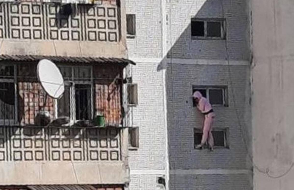 В столице женщина пыталась выброситься с восьмого этажа