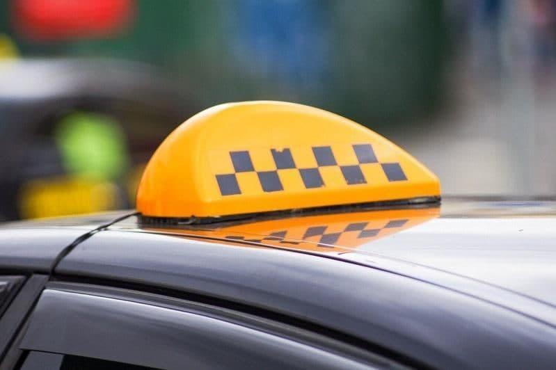 В столице таксист приставал к пассажиркам