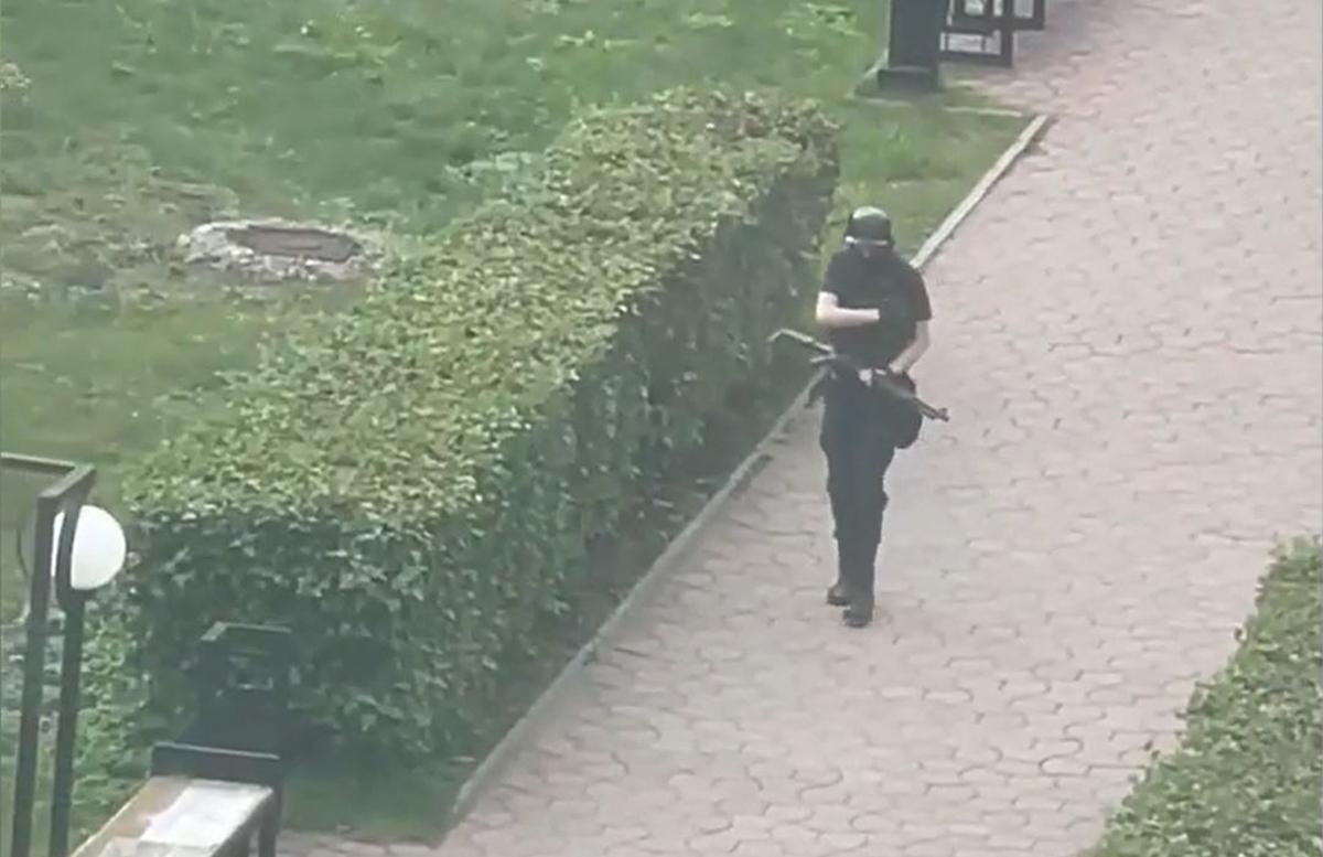 Очередной стрелок: Вооруженный парень открыл пальбу в российском университете — видео