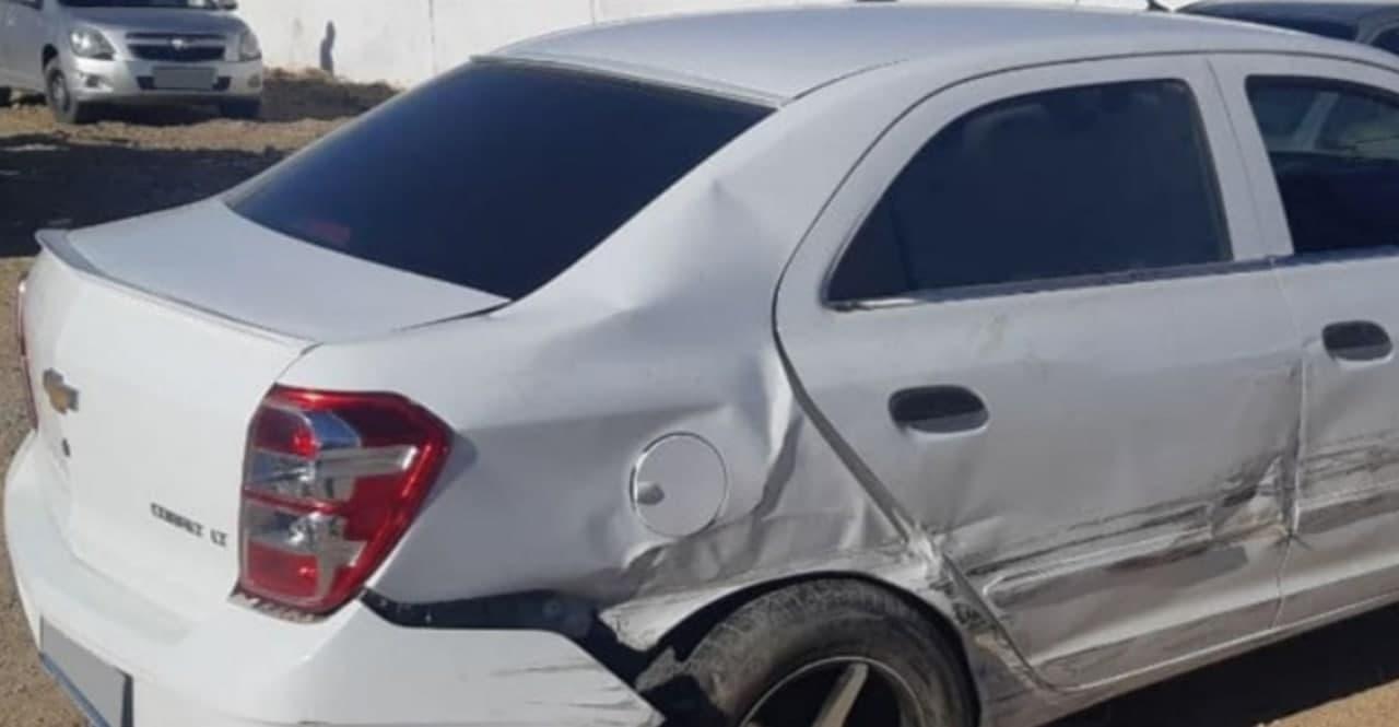 В Джизакской области Cobalt врезался в две припаркованные машины — видео