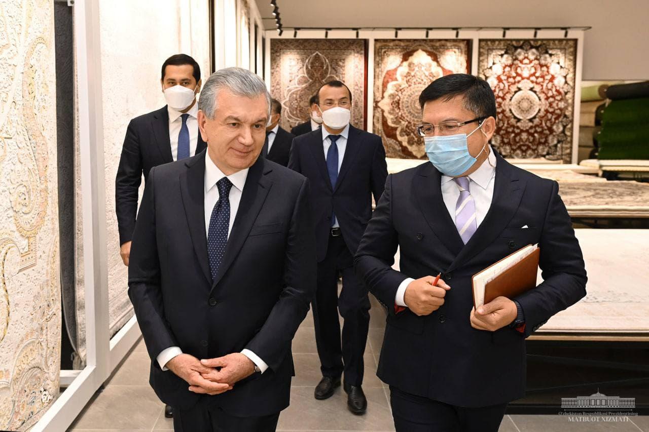 Президент посмотрел на производство Хивинских ковров