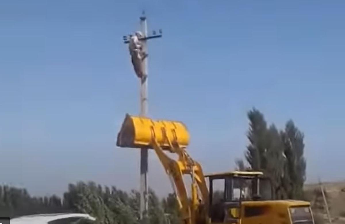 В Андижане сын бизнесмена на бульдозере попытался повалить бетонный столб вместе с электриком