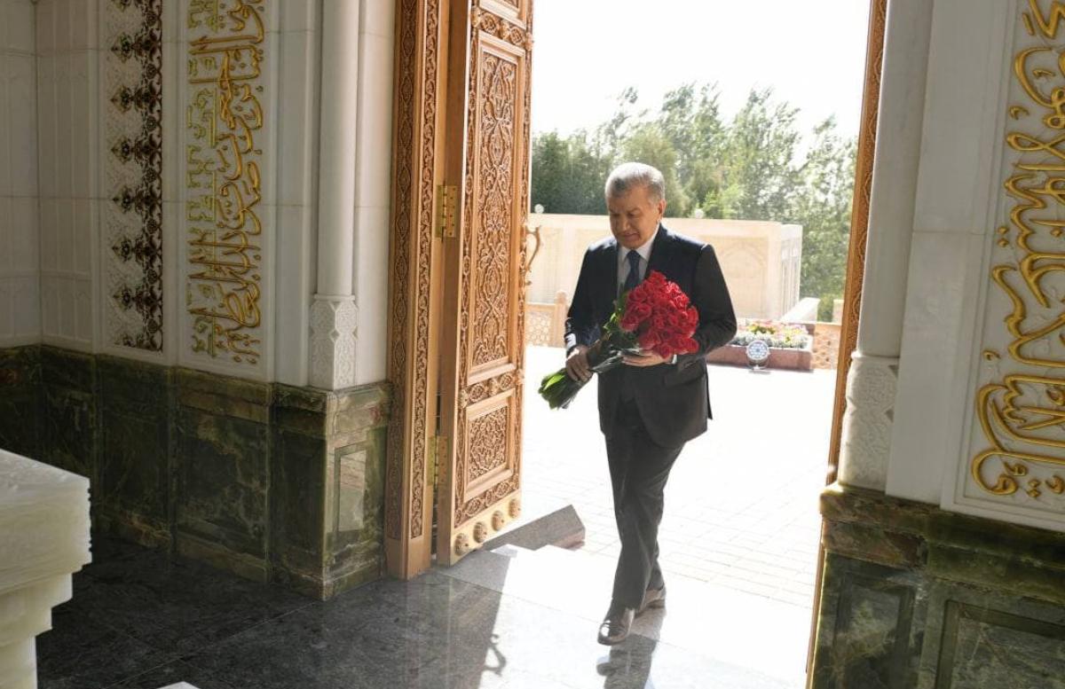 Шавкат Мирзиёев посетил мавзолей первого президента