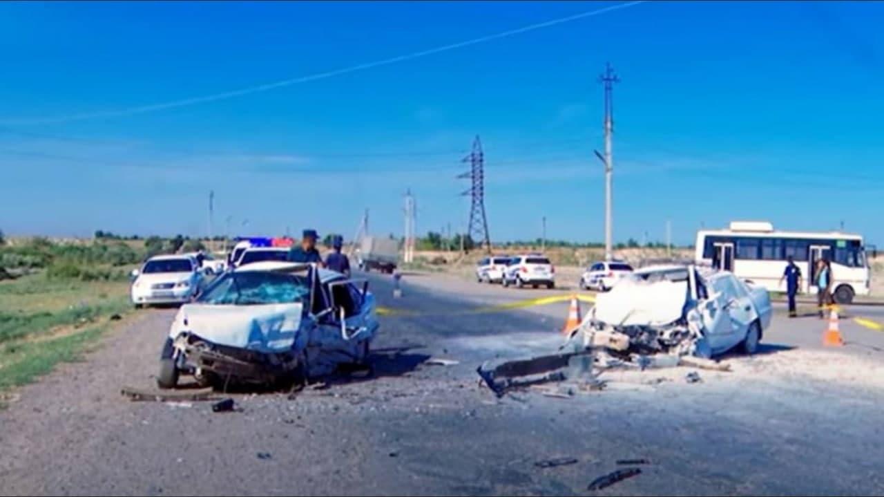 В Джизакской области столкнулись две легковушки
