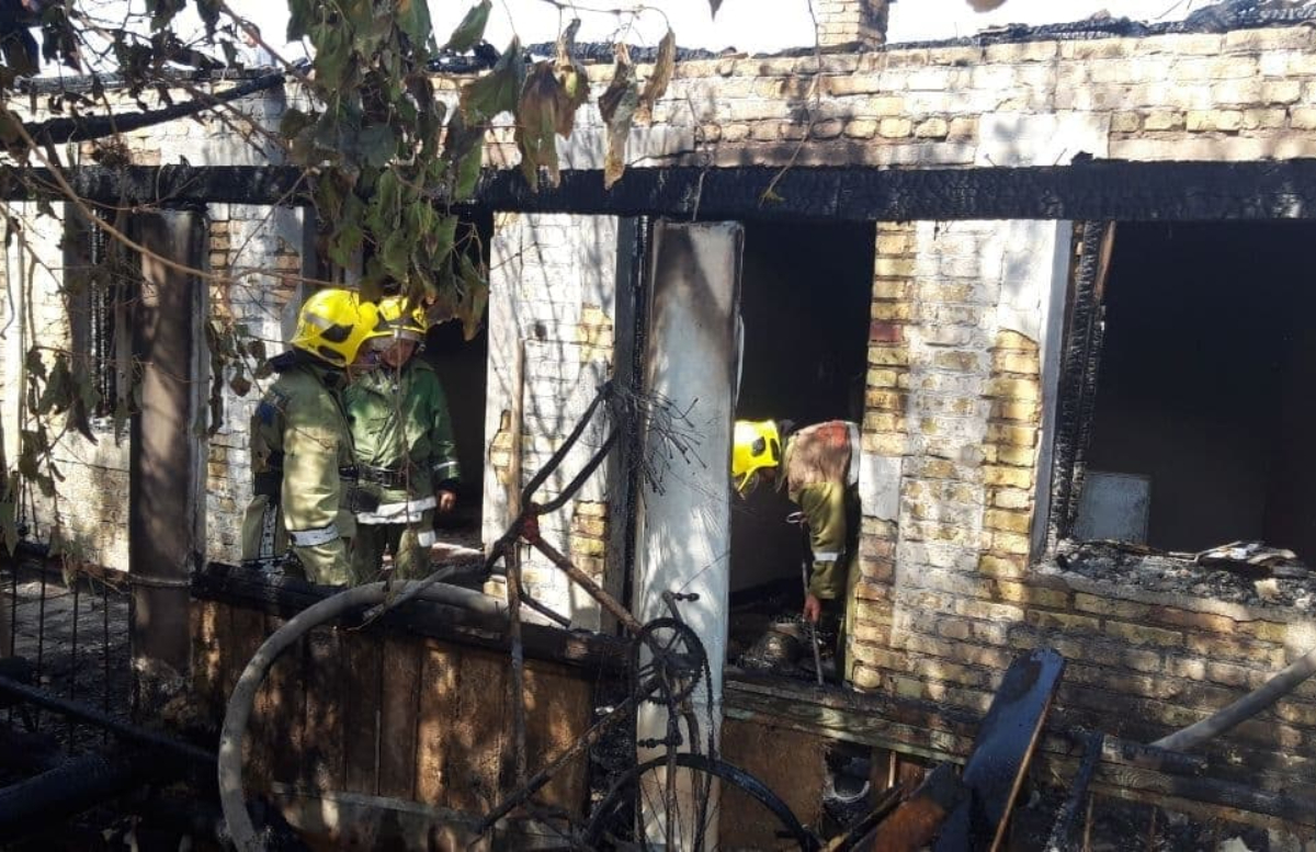 В Джизаке в одном из домов произошел сильный пожар