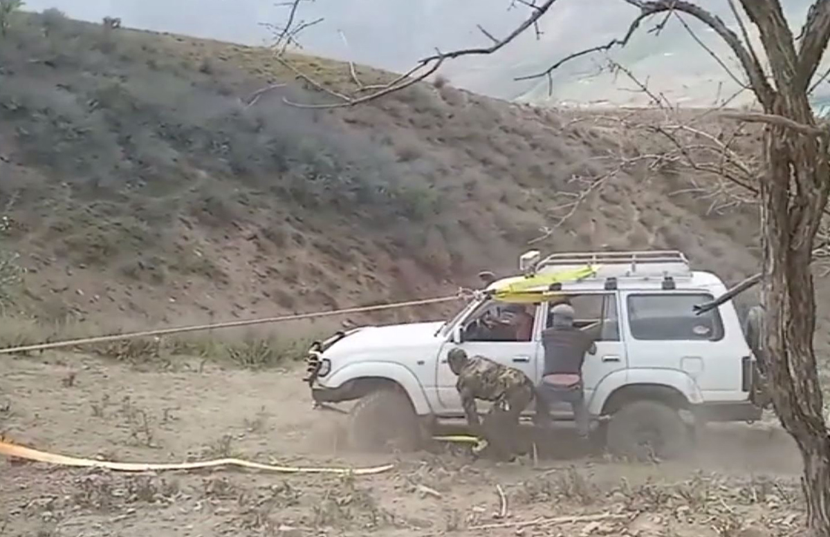 В Ташобласти сотрудники МЧС подняли вылетевшую с горной трассы машину горожан