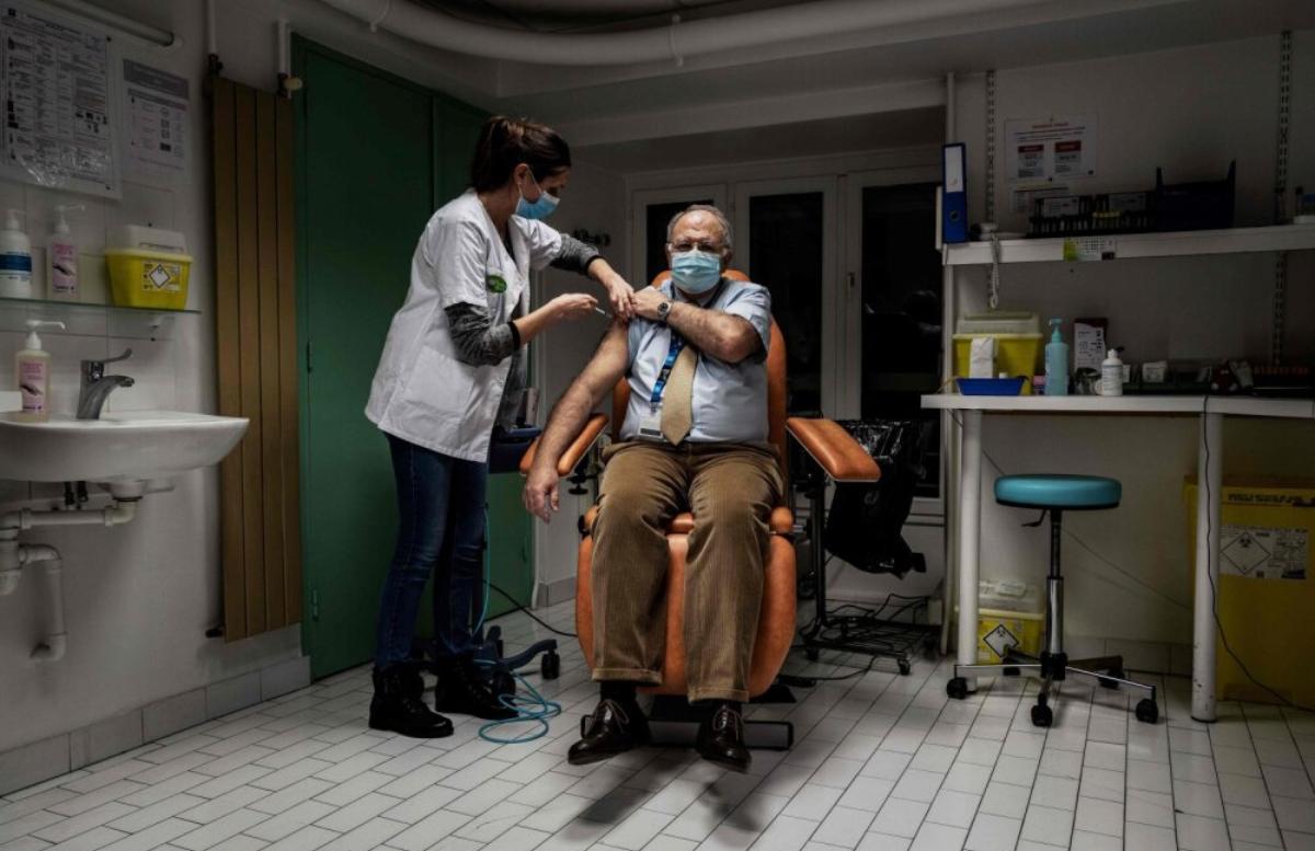 Во Франции более 200 человек получили просроченную вакцину от COVID-19
