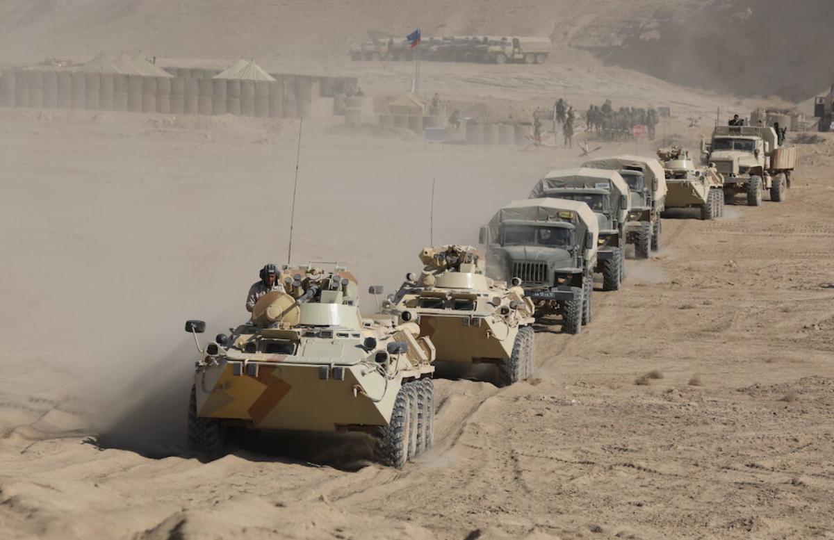 Таджикистан и Афганистан начали стягивать войска к общей границе