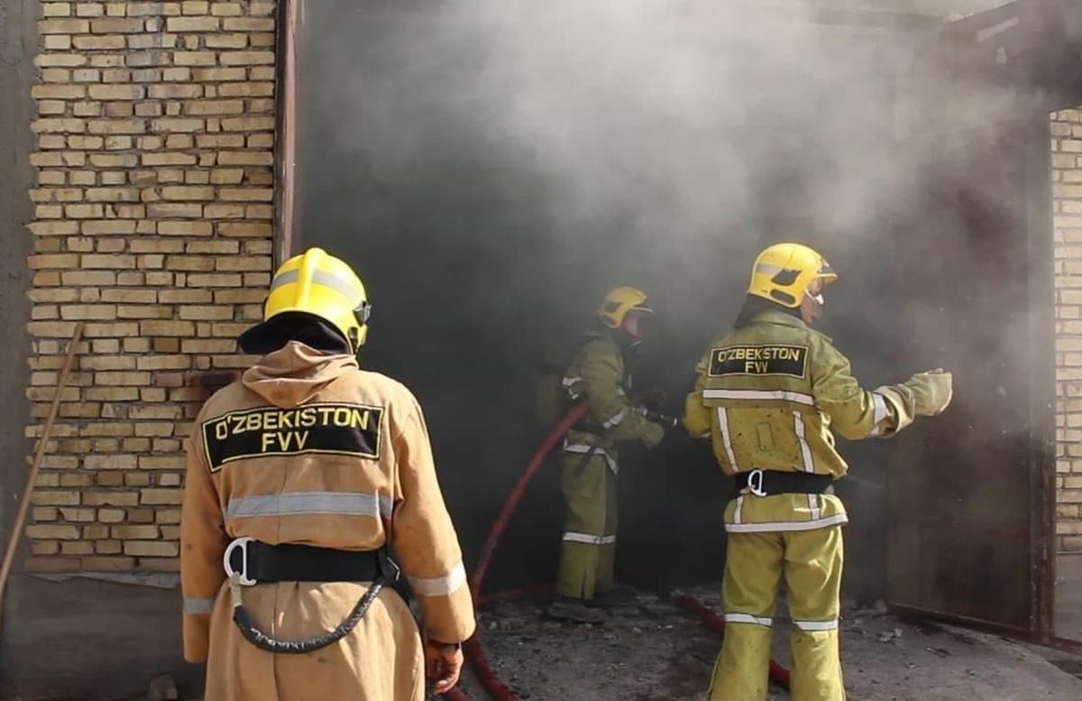 В Карши загорелся мебельный цех: есть погибшие