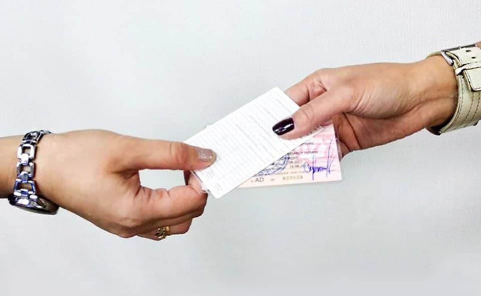 «Сегодня не успеете»: В Ташкенте ежедневно сотни водителей стоят в очередях за новыми удостоверениями