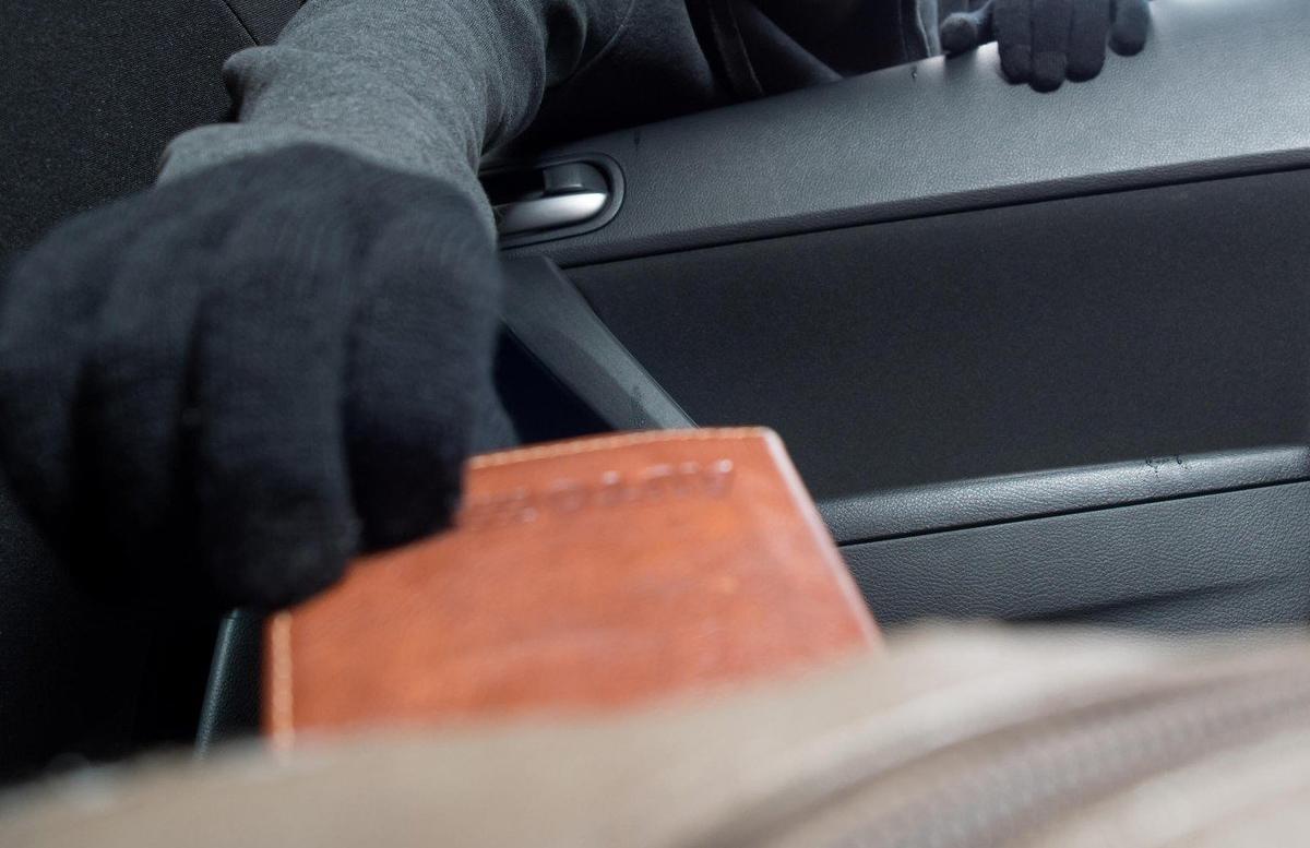 В Сурхандарье грабители вытащили из чужого автомобиля более двадцати миллионов сумов