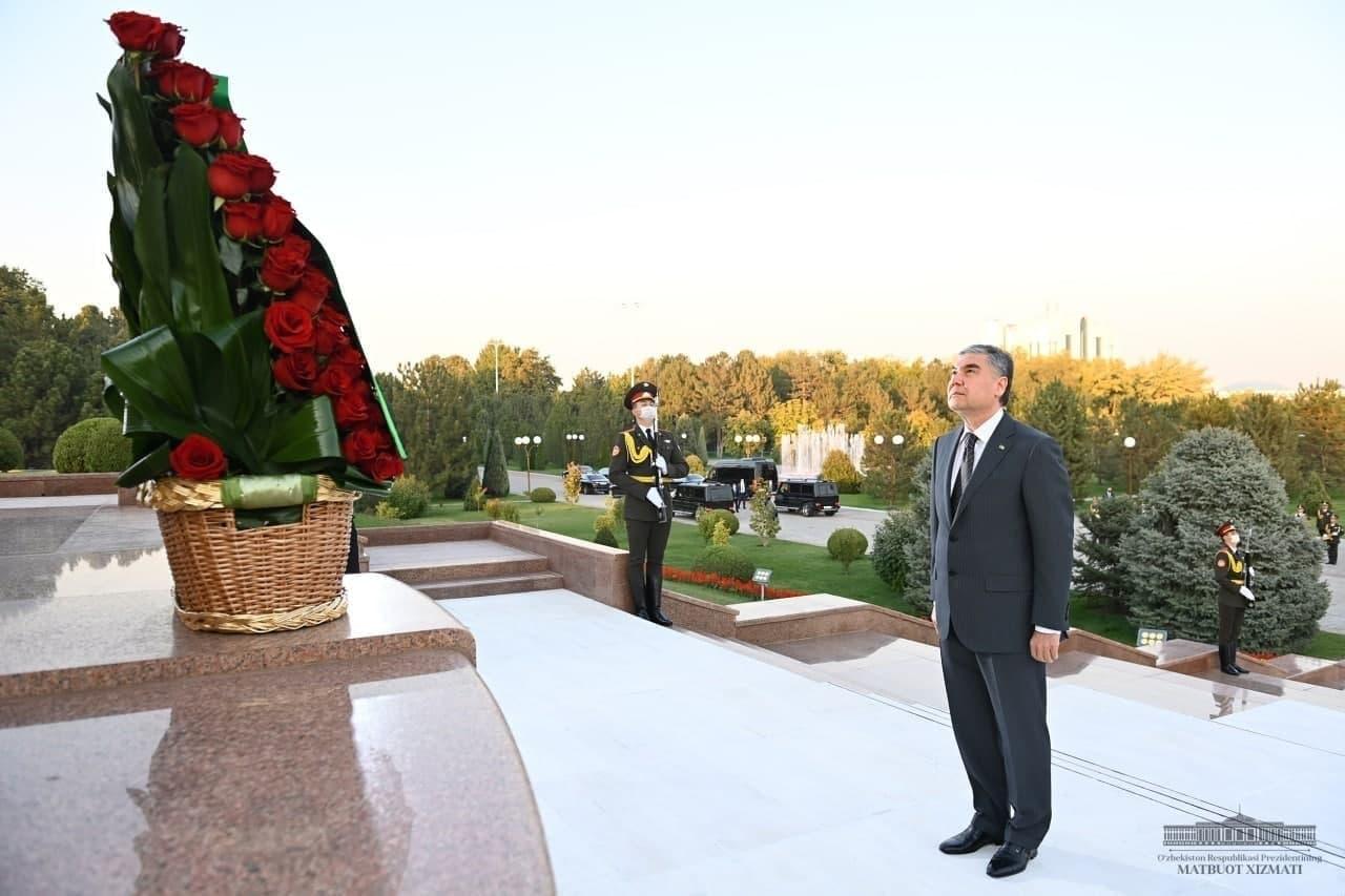 Бердымухамедов возложил цветы к подножию Монумента независимости и гуманизма