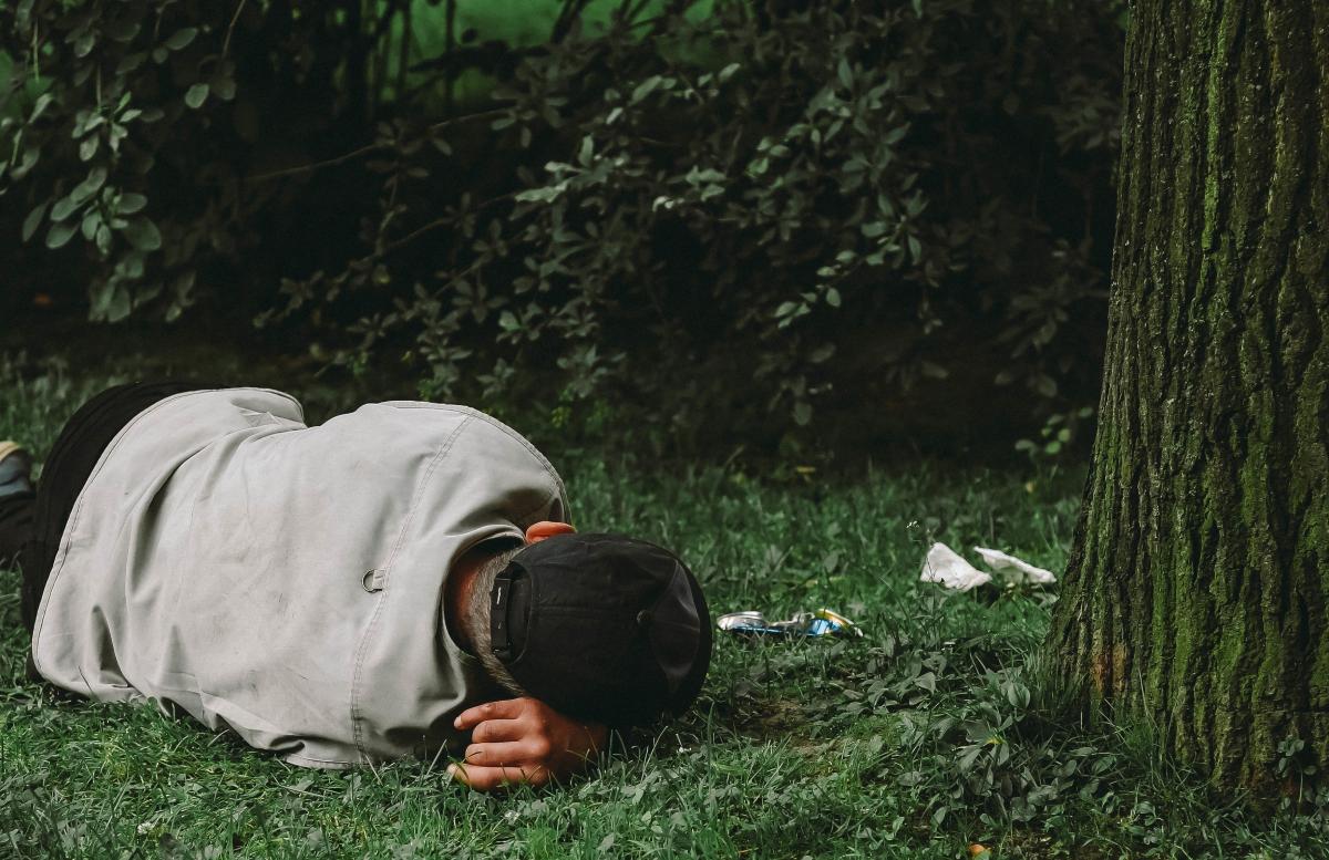 В Ташкенте отправили в приют спавшего под деревом мужчину