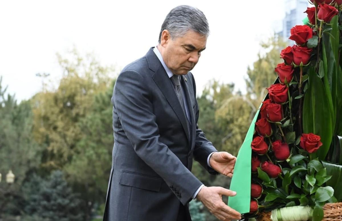 Президент Туркменистана почтил память первого президента Узбекистан
