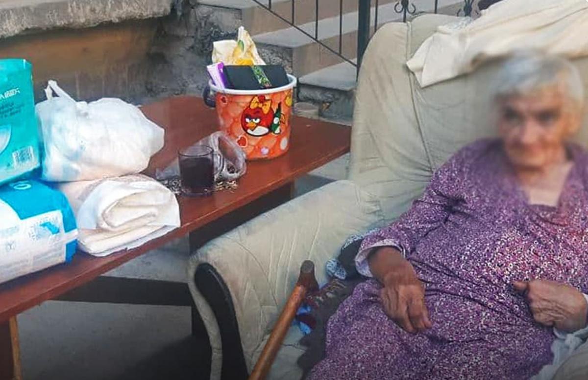 В соцсетях активисты обратились за помощью для одинокой пенсионерки на улице