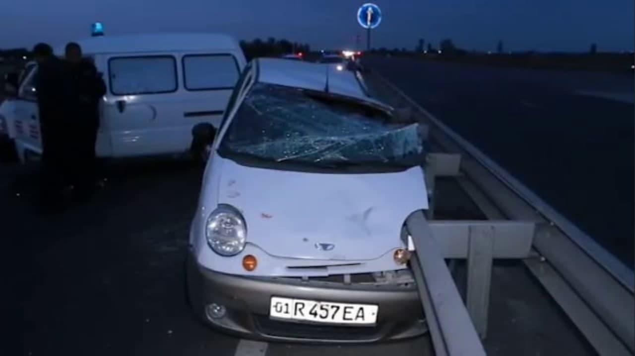 В Сырдарье уснувший за рулём водитель Matiz, врезался в железное ограждение дороги