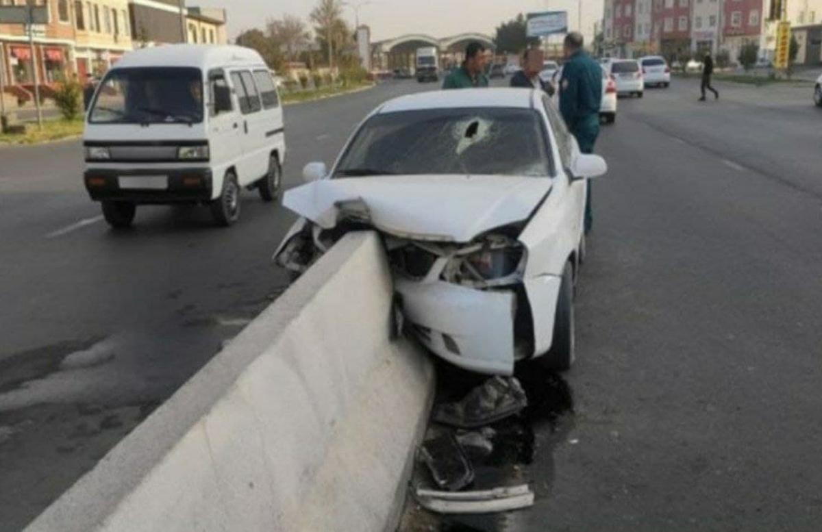 В Ташкенте Lacetti протаранила бетонный блок