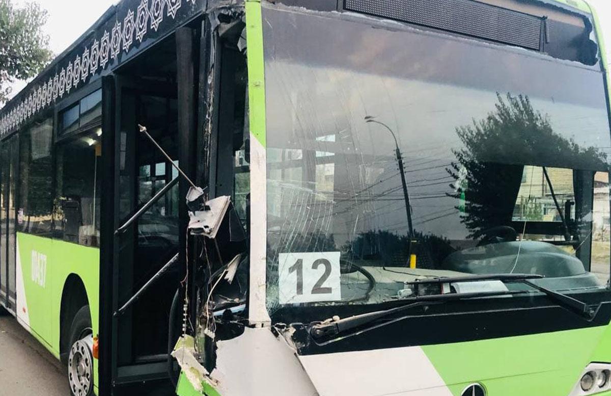 В Ташкенте автобус снес светофор и врезался в жилой дом