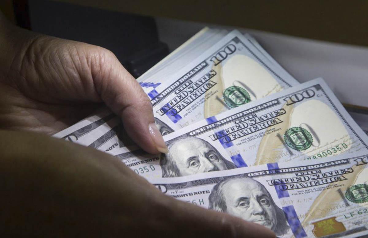Доллар незначительно подрос