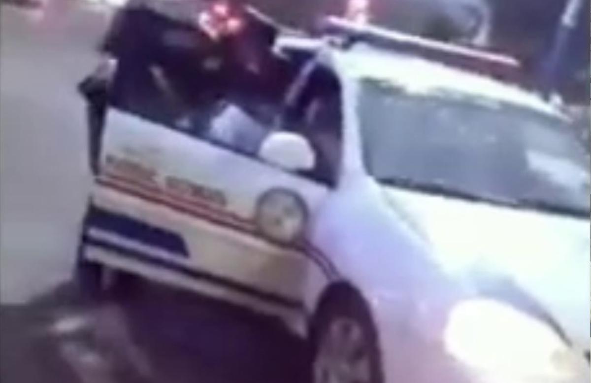 В Джизаке сотрудник ДПС на служебной машине остановился посреди дороги — видео